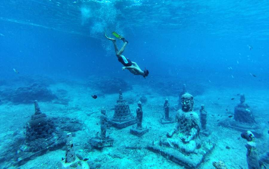 snorkelling-at-the-buddha-temple-in-bali